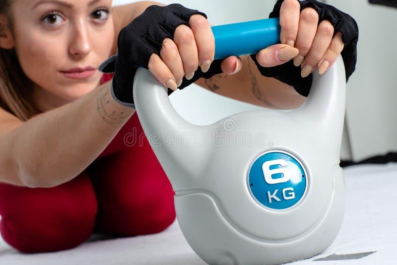 Νέα γυναίκα που κάνει kettlebell- την εικόνα στοκ φωτογραφία