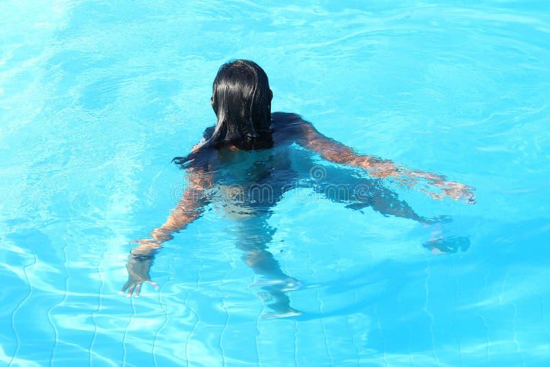 Νέα γυναίκα που κολυμπά στη λίμνη στοκ φωτογραφία με δικαίωμα ελεύθερης χρήσης