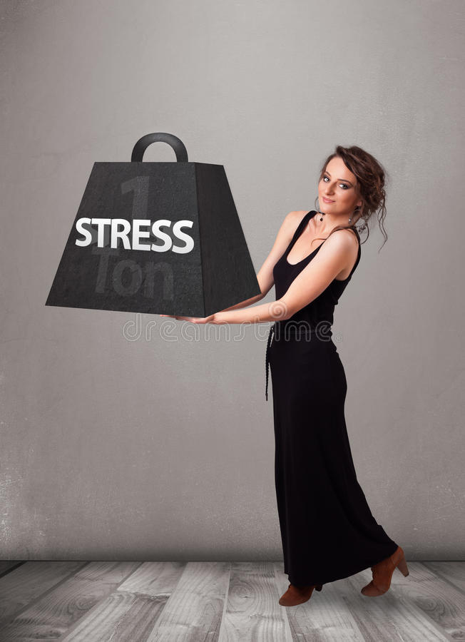 Νέα γυναίκα που κρατά έναν τόνο του βάρους πίεσης στοκ φωτογραφία με δικαίωμα ελεύθερης χρήσης