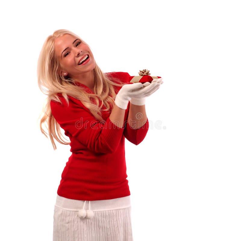 Νέα γυναίκα που κρατά ένα δώρο. Τριών τετάρτων μήκος στοκ εικόνες
