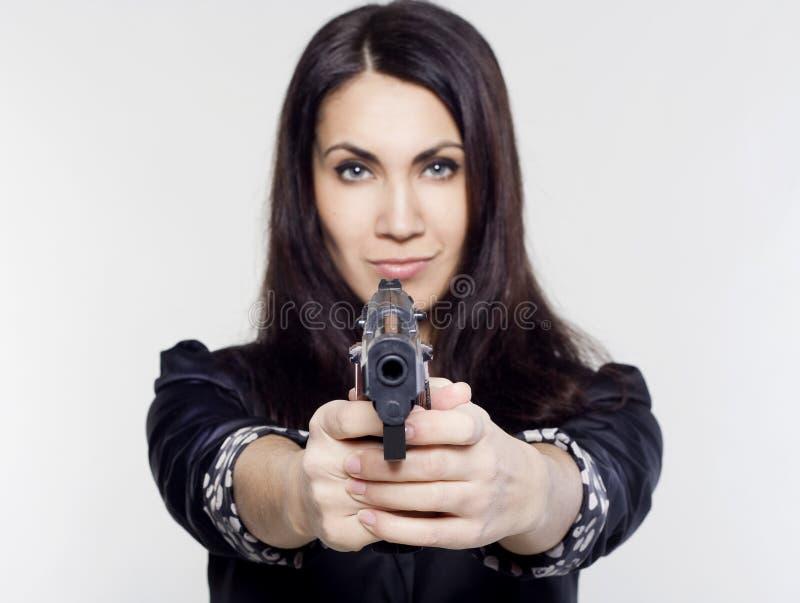 Νέα γυναίκα που κρατά ένα πυροβόλο όπλο στοκ εικόνα