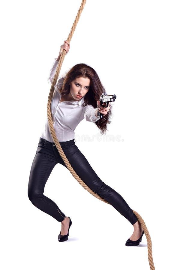 Νέα γυναίκα που κρατά ένα πυροβόλο όπλο στοκ φωτογραφίες