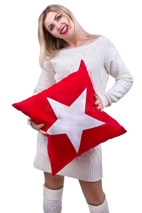 Νέα γυναίκα που κρατά ένα όμορφο μαξιλάρι Μαξιλάρι για την εσωτερική διακόσμηση στοκ φωτογραφία με δικαίωμα ελεύθερης χρήσης