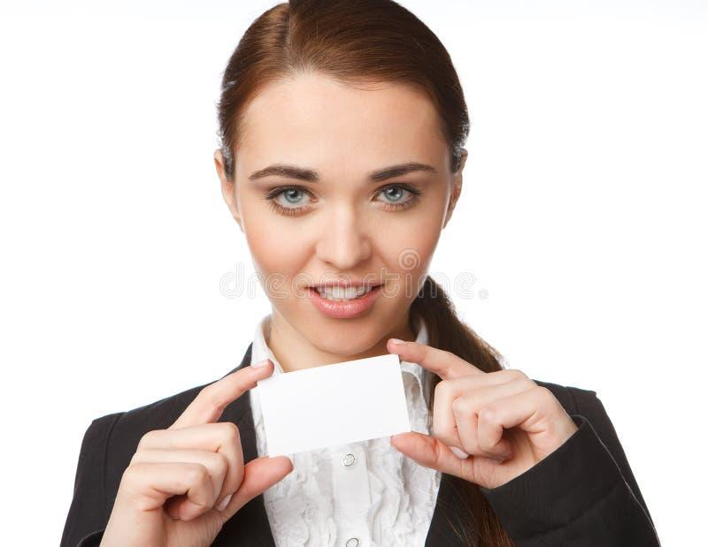 Νέα γυναίκα που κρατά μια επαγγελματική κάρτα στοκ φωτογραφία με δικαίωμα ελεύθερης χρήσης