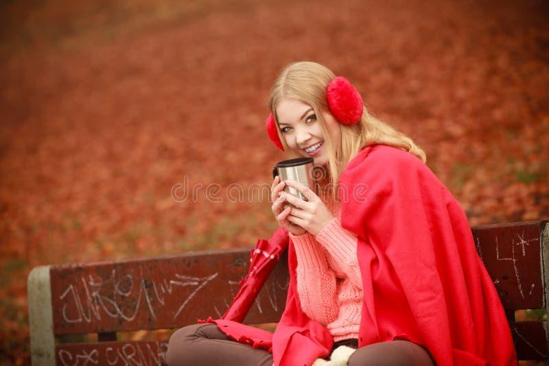 Νέα γυναίκα που κρατά τη θερμική κούπα στοκ φωτογραφίες με δικαίωμα ελεύθερης χρήσης