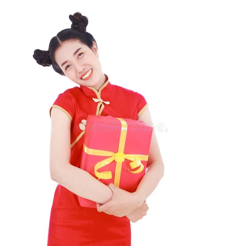 Νέα γυναίκα που κρατά το κόκκινο κιβώτιο δώρων στην έννοια ευτυχούς κινεζικού νέου στοκ εικόνες με δικαίωμα ελεύθερης χρήσης