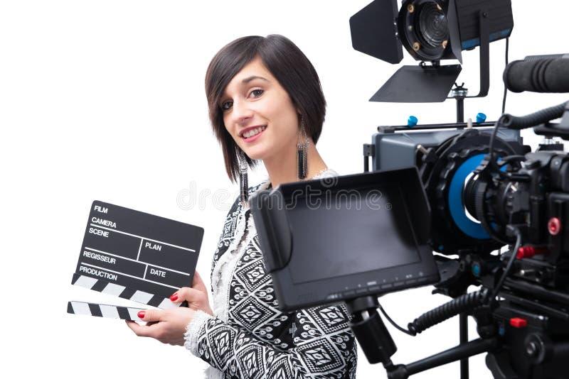 Νέα γυναίκα που κρατά clapboard βιντεοκάμερα, στο άσπρο υπόβαθρο στοκ φωτογραφίες