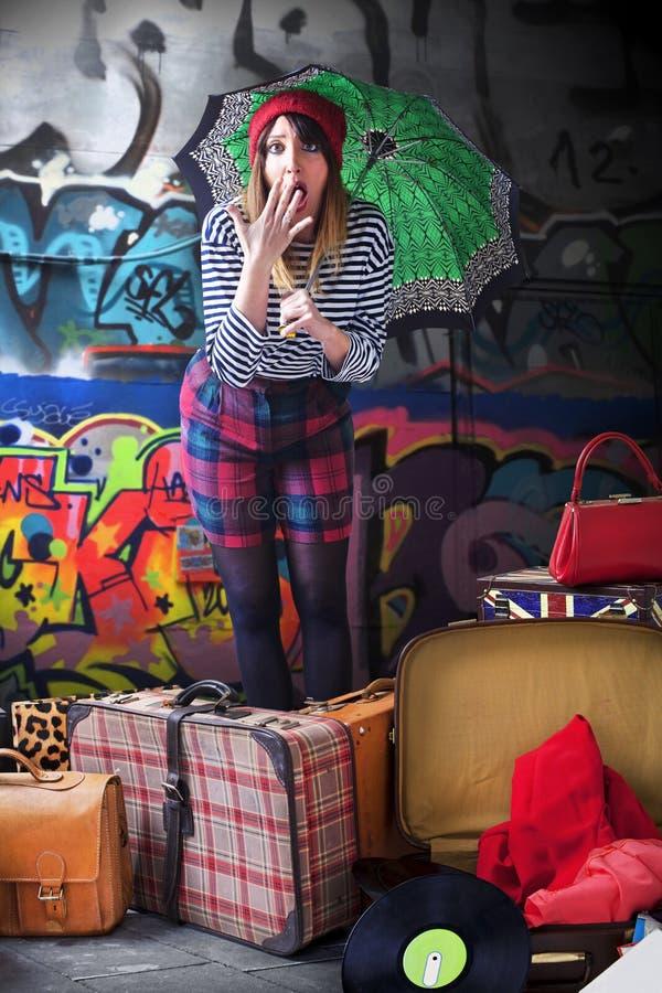 Νέα γυναίκα που κραυγάζει με πολλές αποσκευές στοκ εικόνα με δικαίωμα ελεύθερης χρήσης