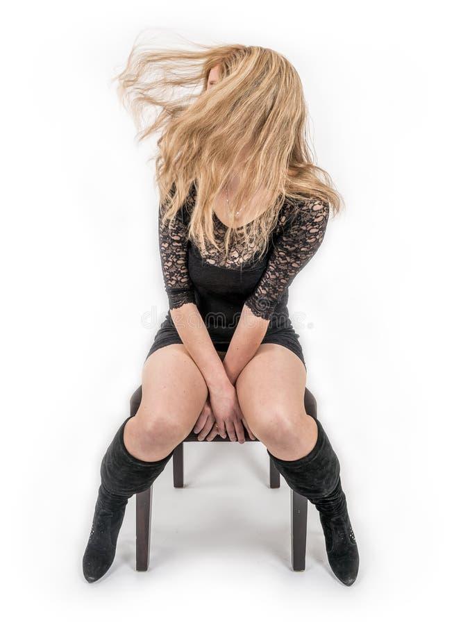 Νέα γυναίκα που κυματίζει την τρίχα της στοκ εικόνα