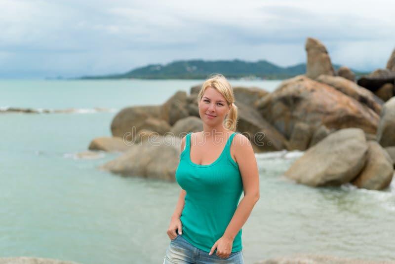 Νέα γυναίκα που μένει κοντά στη θάλασσα στοκ εικόνα με δικαίωμα ελεύθερης χρήσης