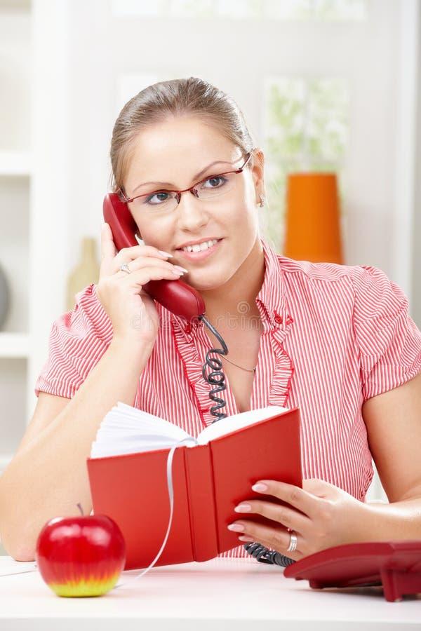 Νέα γυναίκα που μιλά στο τηλέφωνο στοκ εικόνες