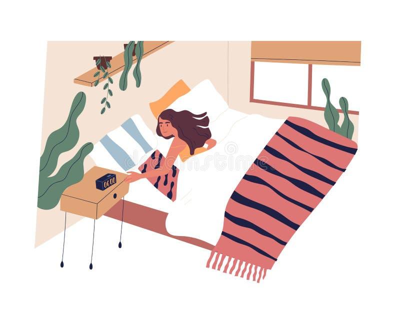 Νέα γυναίκα που ξυπνά το πρωί Θηλυκός χαρακτήρας που βρίσκεται στο κρεβάτι και που κλείνει το ξυπνητήρι Έναρξη της εργάσιμης ημέρ ελεύθερη απεικόνιση δικαιώματος