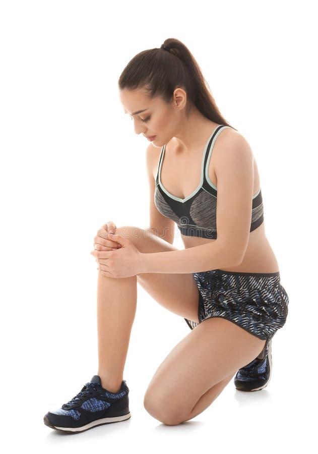 Νέα γυναίκα που πάσχει από τον πόνο στο γόνατο στοκ φωτογραφίες με δικαίωμα ελεύθερης χρήσης
