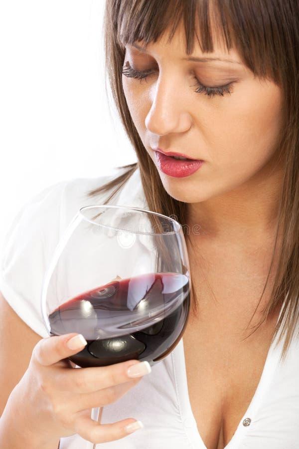 Νέα γυναίκα που πίνει το κόκκινο κρασί στοκ φωτογραφία