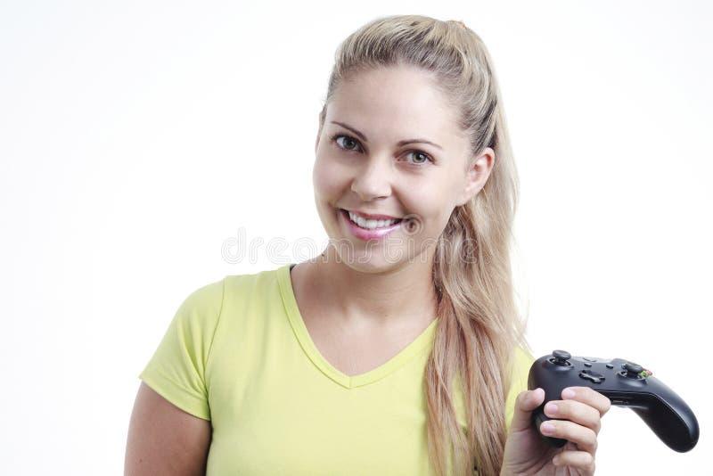 Νέα γυναίκα που παίζει το τηλεοπτικό παιχνίδι με το πηδάλιο στοκ φωτογραφία με δικαίωμα ελεύθερης χρήσης
