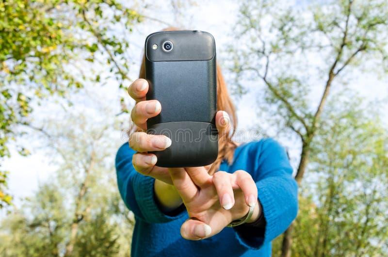 Νέα γυναίκα που παίρνει μια εικόνα με το smartphone της στοκ φωτογραφία με δικαίωμα ελεύθερης χρήσης