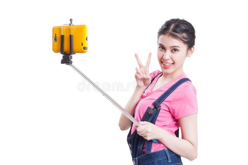 Νέα γυναίκα που παίρνει την εικόνα με το smartphone στοκ φωτογραφία με δικαίωμα ελεύθερης χρήσης