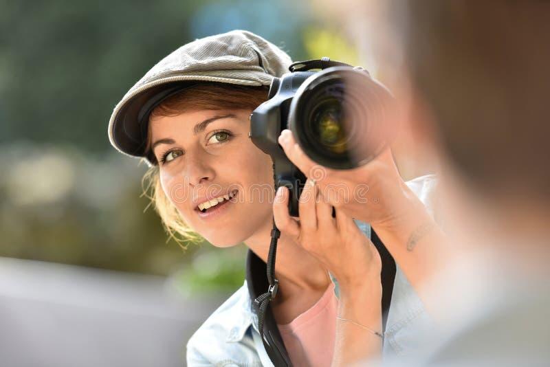Νέα γυναίκα που παίρνει τις φωτογραφίες του αρσενικού προτύπου στοκ εικόνες