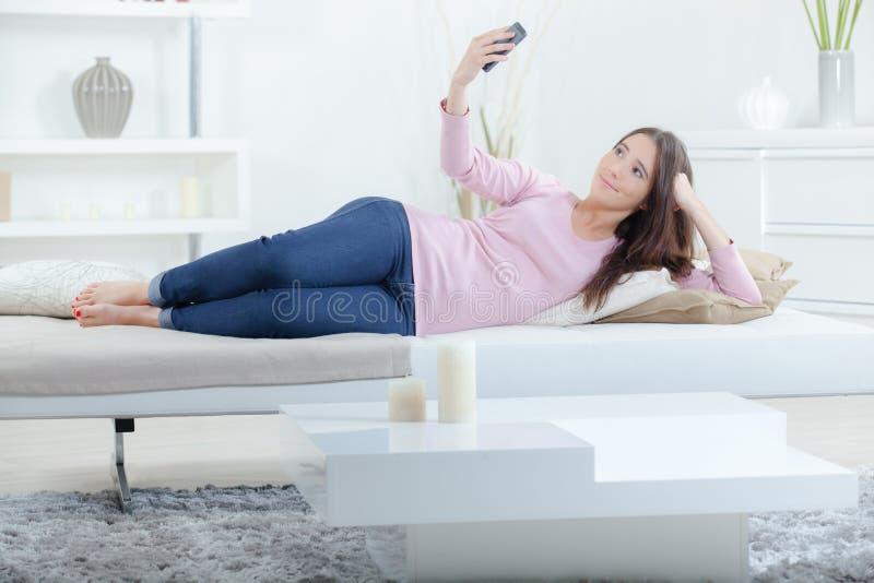 Νέα γυναίκα που παίρνει selfie στοκ φωτογραφίες