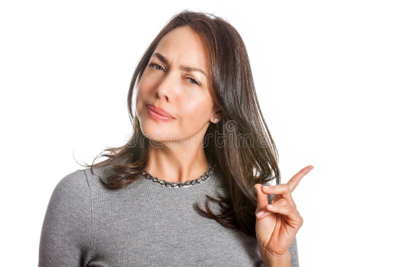 Νέα γυναίκα που παρουσιάζει δυσπιστία που απομονώνεται στοκ εικόνες