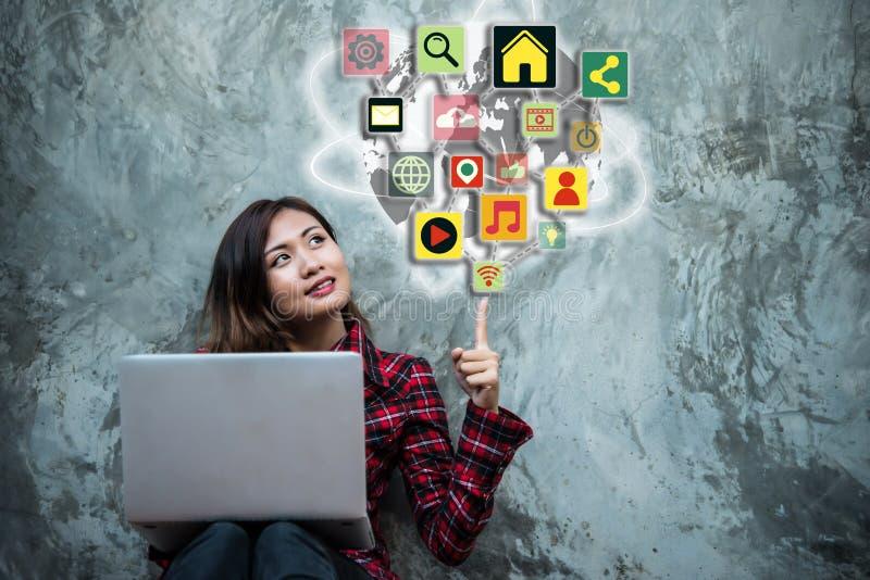 Νέα γυναίκα που παρουσιάζει στο σύγχρονο smartphone με το κοινωνικό ολοκληρωμένο κύκλωμα μέσων στοκ εικόνες