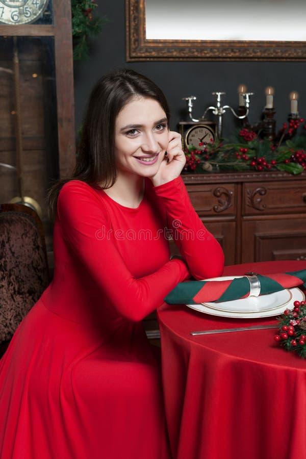 Νέα γυναίκα που περιμένει στο εκλεκτής ποιότητας εστιατόριο στοκ εικόνες