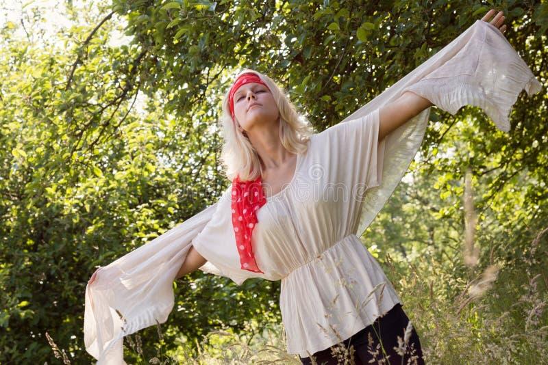 Νέα γυναίκα που πετά το καλοκαίρι στοκ φωτογραφία με δικαίωμα ελεύθερης χρήσης