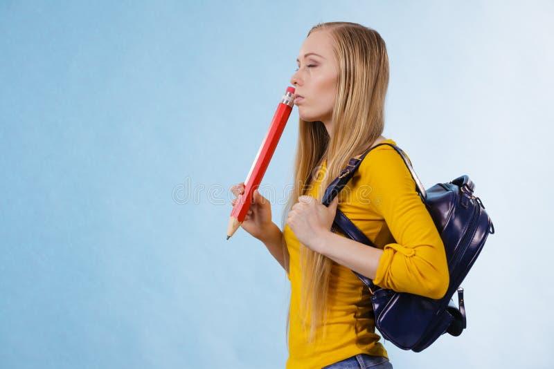 Νέα γυναίκα που πηγαίνει στο σχολείο στοκ εικόνα με δικαίωμα ελεύθερης χρήσης