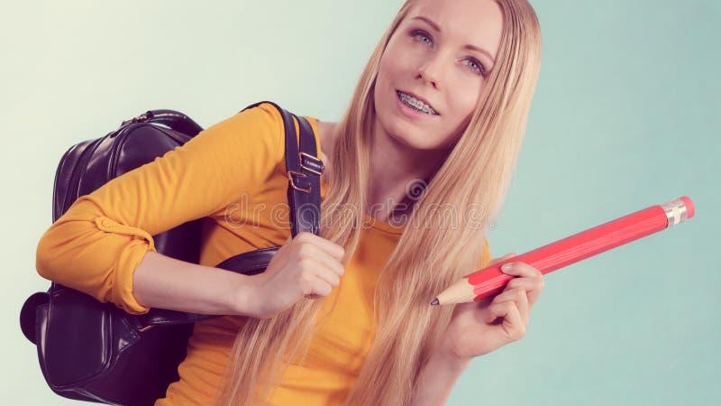 Νέα γυναίκα που πηγαίνει στο σχολείο στοκ φωτογραφίες