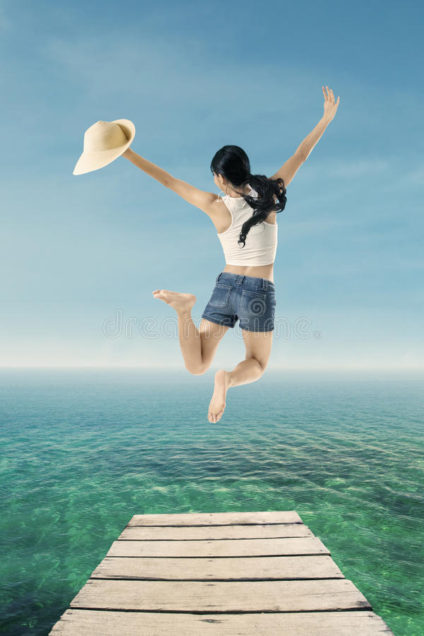 Νέα γυναίκα που πηδά στην αποβάθρα στοκ φωτογραφίες