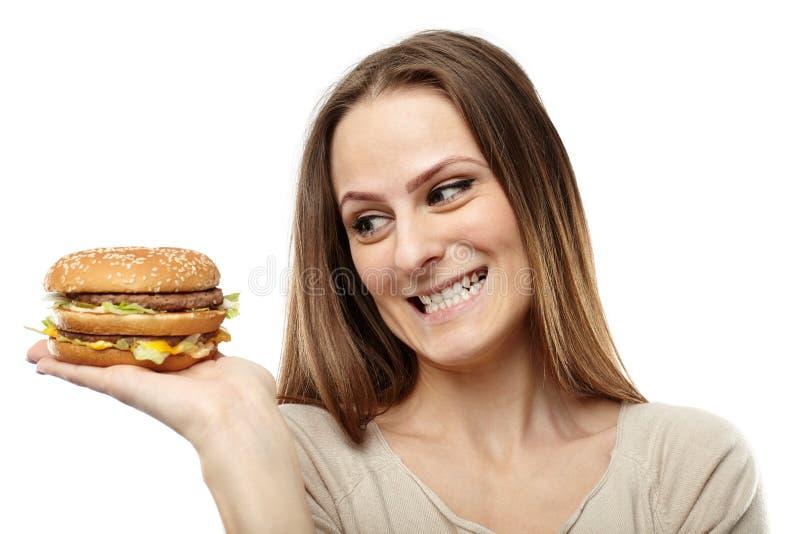 Νέα γυναίκα που ποθεί burger στοκ φωτογραφίες