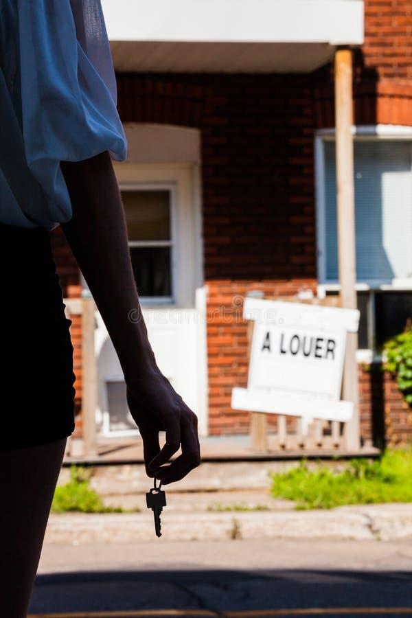 Νέα γυναίκα που στέκεται μπροστά από το νέο διαμέρισμά της στοκ φωτογραφία με δικαίωμα ελεύθερης χρήσης