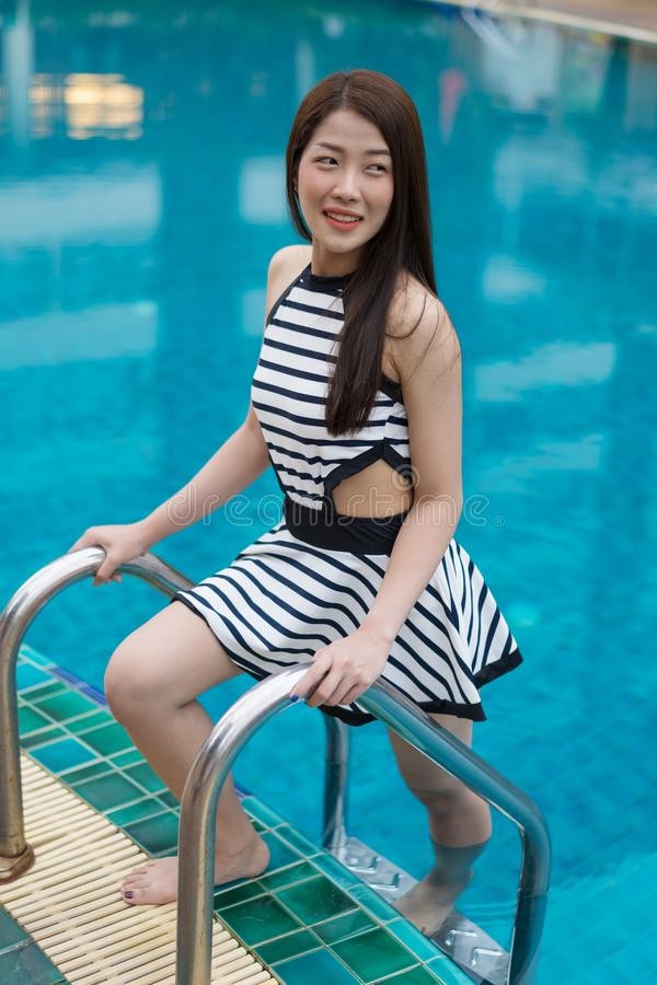 Νέα γυναίκα που στέκεται στα σκαλοπάτια λιμνών στοκ φωτογραφία με δικαίωμα ελεύθερης χρήσης