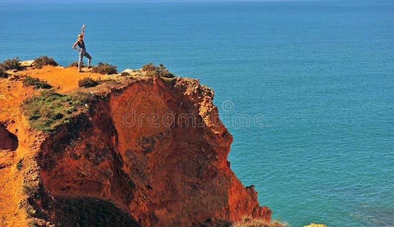Νέα γυναίκα που στέκεται στην κορυφή στοκ φωτογραφία με δικαίωμα ελεύθερης χρήσης
