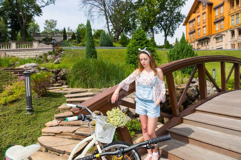 Νέα γυναίκα που στέκεται στη γέφυρα στοκ εικόνες
