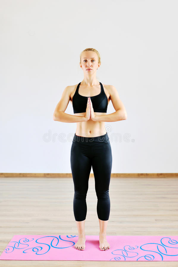 Νέα γυναίκα που στέκεται στη θέση προσευχής - πλήρες μήκος στοκ εικόνες