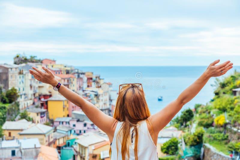 Νέα γυναίκα που ταξιδεύει μέσω της Ευρώπης στοκ φωτογραφία με δικαίωμα ελεύθερης χρήσης