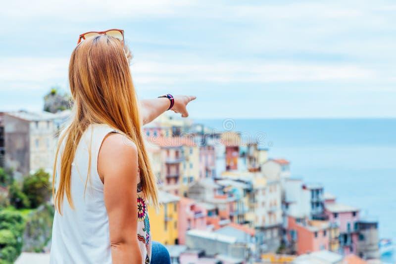 Νέα γυναίκα που ταξιδεύει μέσω της Ευρώπης στοκ εικόνα