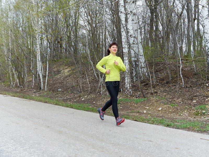 Νέα γυναίκα που τρέχει στη φύση στοκ φωτογραφίες