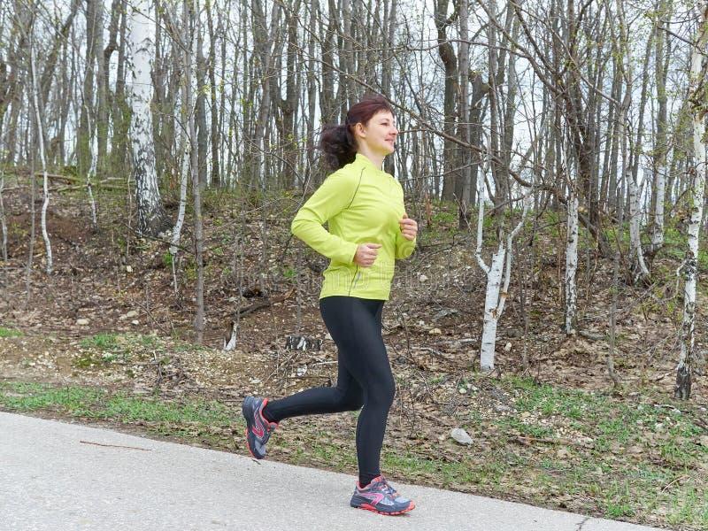 Νέα γυναίκα που τρέχει στη φύση στοκ φωτογραφίες με δικαίωμα ελεύθερης χρήσης