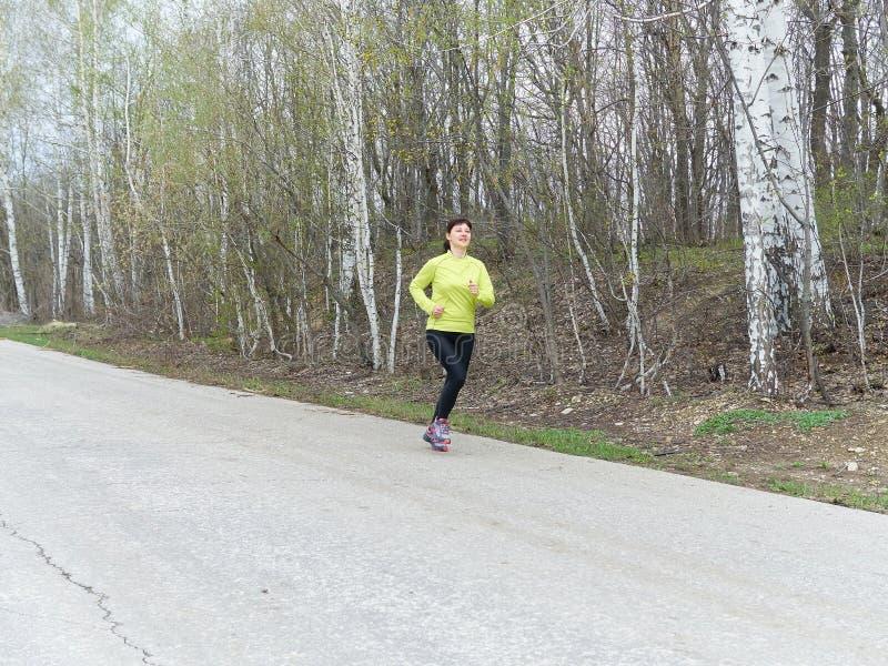 Νέα γυναίκα που τρέχει στη φύση στοκ εικόνες με δικαίωμα ελεύθερης χρήσης