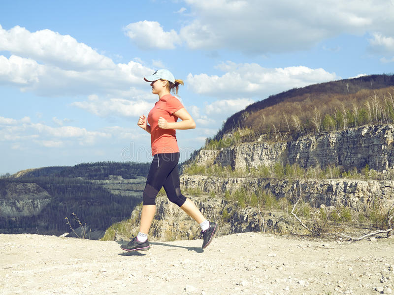 Νέα γυναίκα που τρέχει στη φύση στοκ εικόνα