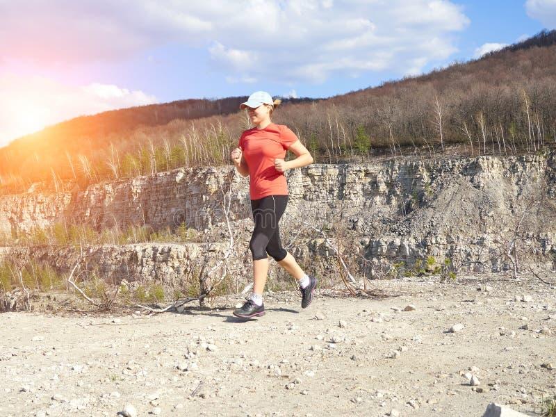 Νέα γυναίκα που τρέχει στη φύση στοκ εικόνα με δικαίωμα ελεύθερης χρήσης