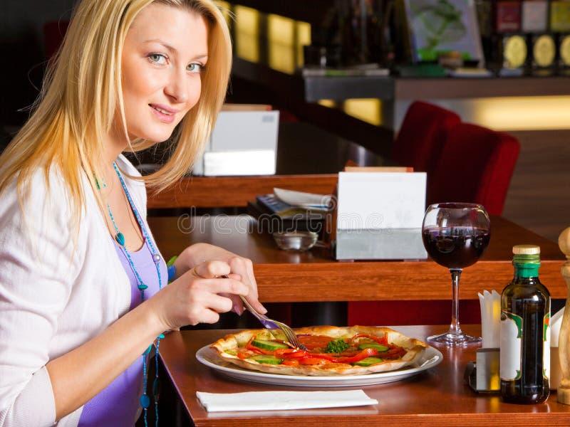 Νέα γυναίκα που τρώει το γεύμα στοκ φωτογραφίες