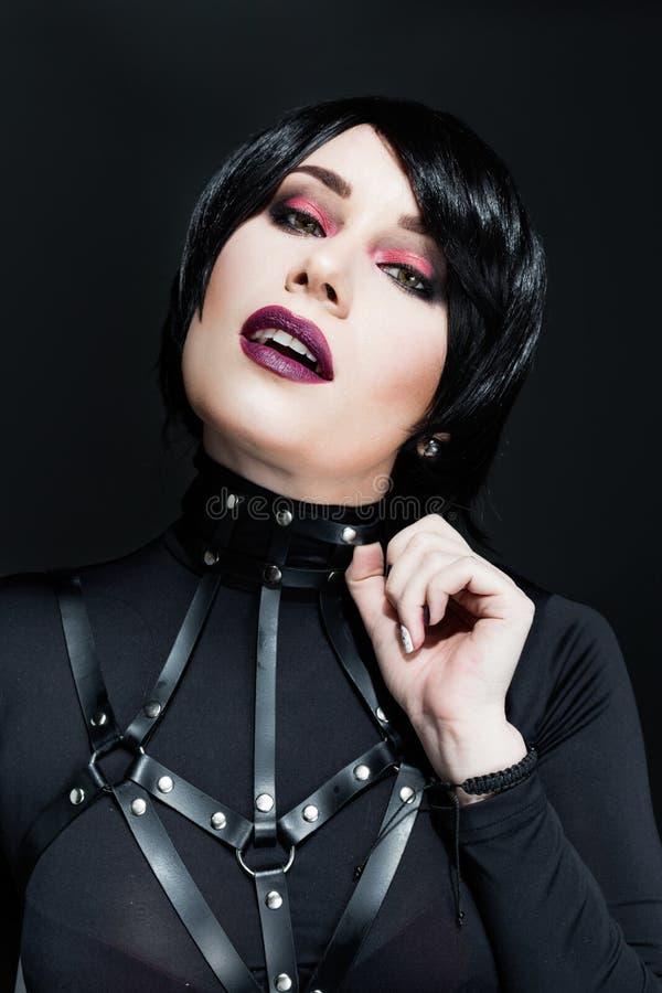 Νέα γυναίκα που φορά τις ζώνες λουριών στοκ εικόνες