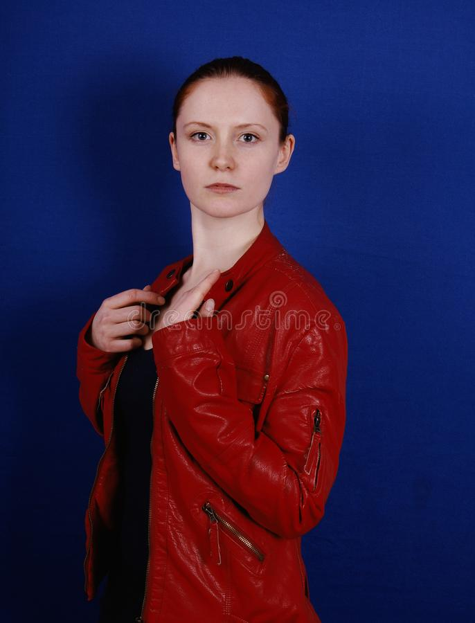 Νέα γυναίκα που φορά το αναδρομικό σακάκι δέρματος μόδας κόκκινο στοκ εικόνες με δικαίωμα ελεύθερης χρήσης