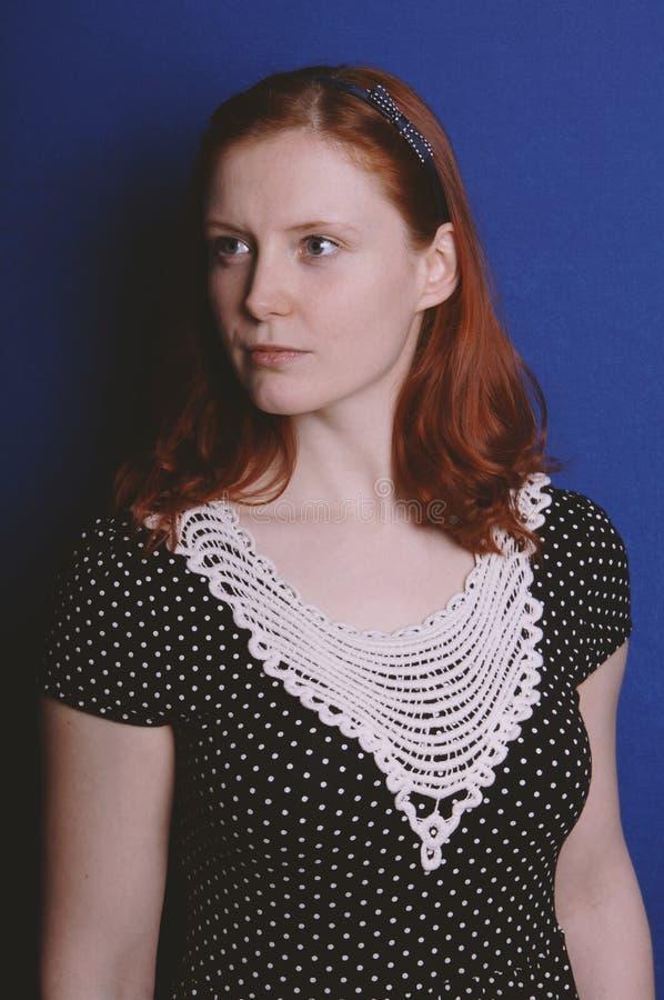Νέα γυναίκα που φορά το εκλεκτής ποιότητας φόρεμα στοκ φωτογραφία με δικαίωμα ελεύθερης χρήσης