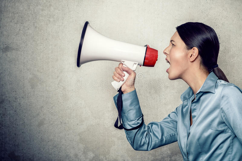Νέα γυναίκα που φωνάζει με Megaphone στοκ φωτογραφίες με δικαίωμα ελεύθερης χρήσης