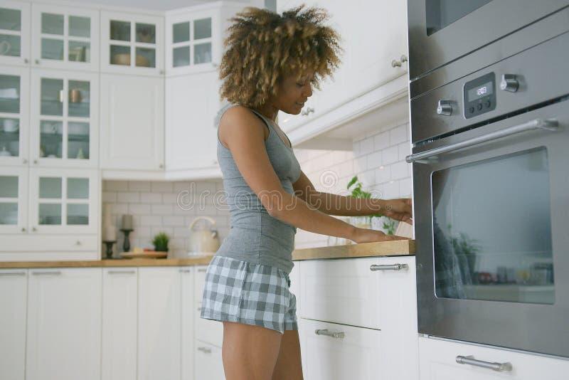 Νέα γυναίκα που χορεύει μαγειρεύοντας στοκ εικόνες με δικαίωμα ελεύθερης χρήσης