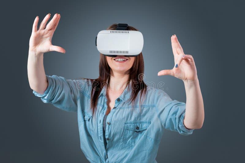 Νέα γυναίκα που χρησιμοποιεί τα γυαλιά VR κασκών στοκ φωτογραφία με δικαίωμα ελεύθερης χρήσης